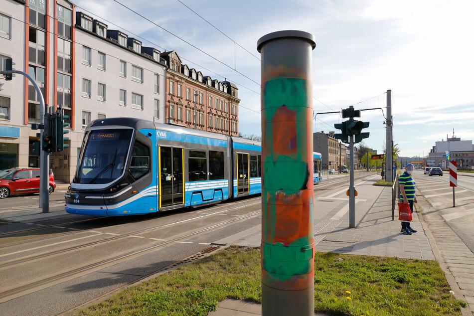 Hier wird erstmal niemand mehr geblitzt! Der Blitzer an der Kreuzung Zwickauer Straße/Barbarossastraße in Chemnitz wurde in der Nacht auf Montag beschmiert.