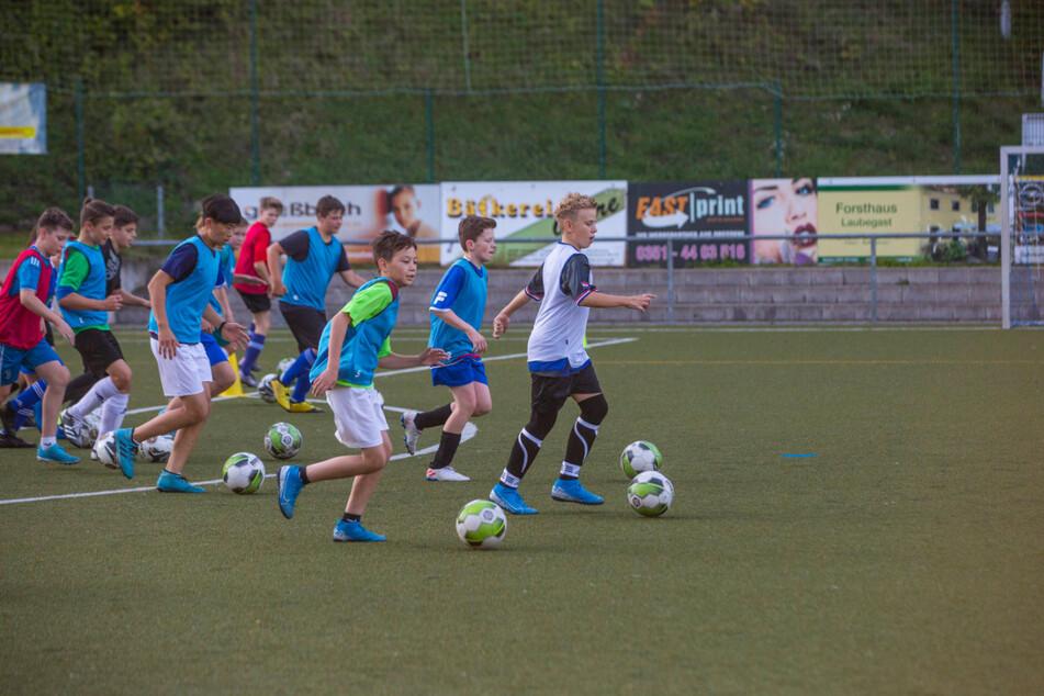 Im BSV Lockwitzgrund stürmt die Fußballjugend über den Rasen.