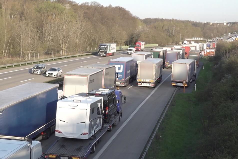 Der Verkehr staute sich kilometerlang auf der A2. Auch umliegende Bundesstraßen waren betroffen.