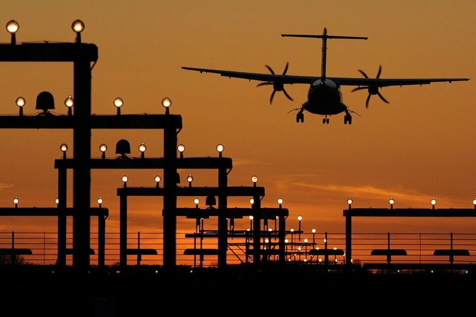 Laserpointer können Piloten bei der sicheren Landung eines Flugzeugs behindern. (Symbolfoto)