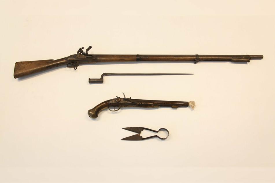 Auch ein Gewehr, eine Pistole und eine Schafschwere konnten von den Beamten sichergestellt werden.