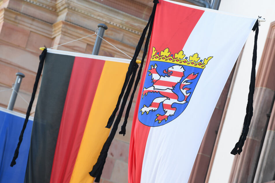 EinTrauerflor ist an den Flaggen vor dem Wiesbadener Rathaus als Zeichen der Trauer um den hessischen Finanzminister Thomas Schäfer befestigt.