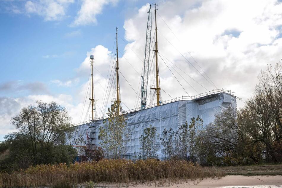 """Unter Planen liegt das Segelschulschiff """"Gorch Fock"""" in der Lürssen-Werft."""