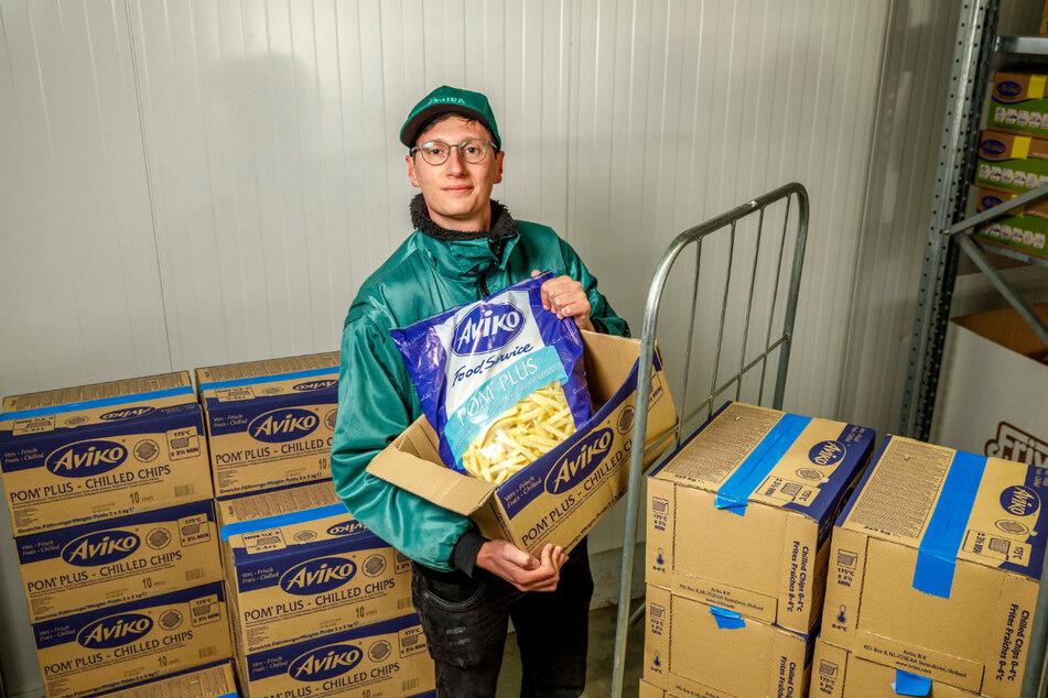 Auspacken, umladen, weiter: Köhra-Mitarbeiter Leon Helbig (22) lädt Pommes um. In der Corona-Krise tendierte die Nachfrage gegen Null.