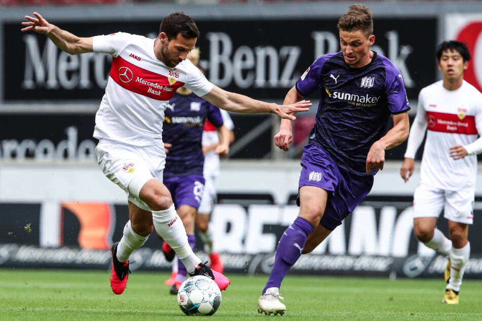 Osnabrücks Moritz Heyer in Aktion mit Gonzalo Castro (l) von Stuttgart. Im Hintergrund: VfB-Profi Wataru Endo.