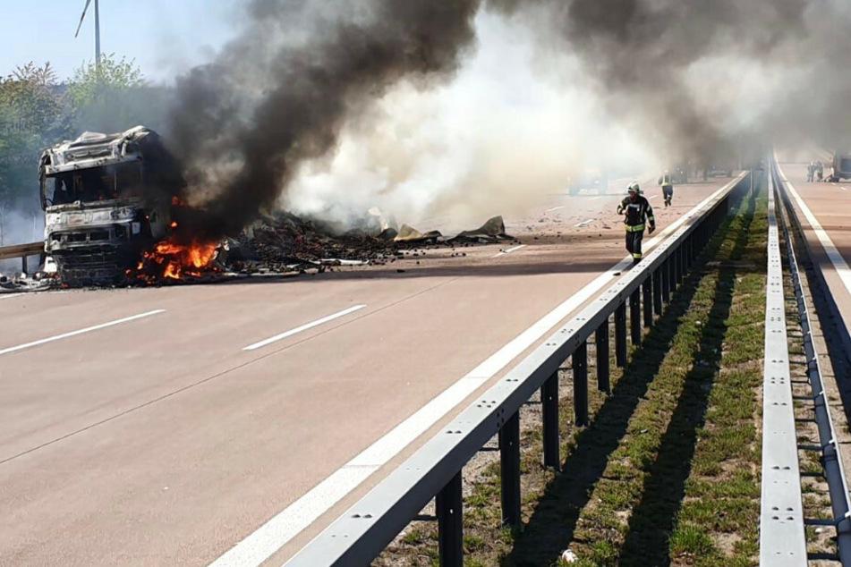 Lkw reißt Lastwagen-Tank ab und fängt Feuer