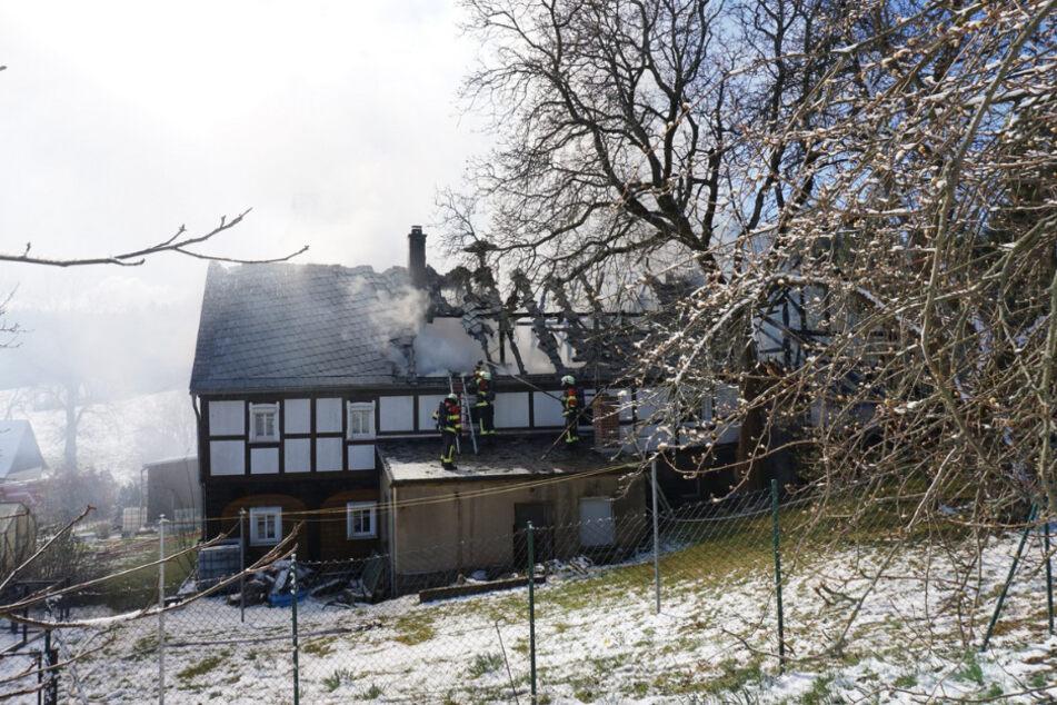 Auch ein anliegendes Wohnhaus wurde stark in Mitleidenschaft gezogen.