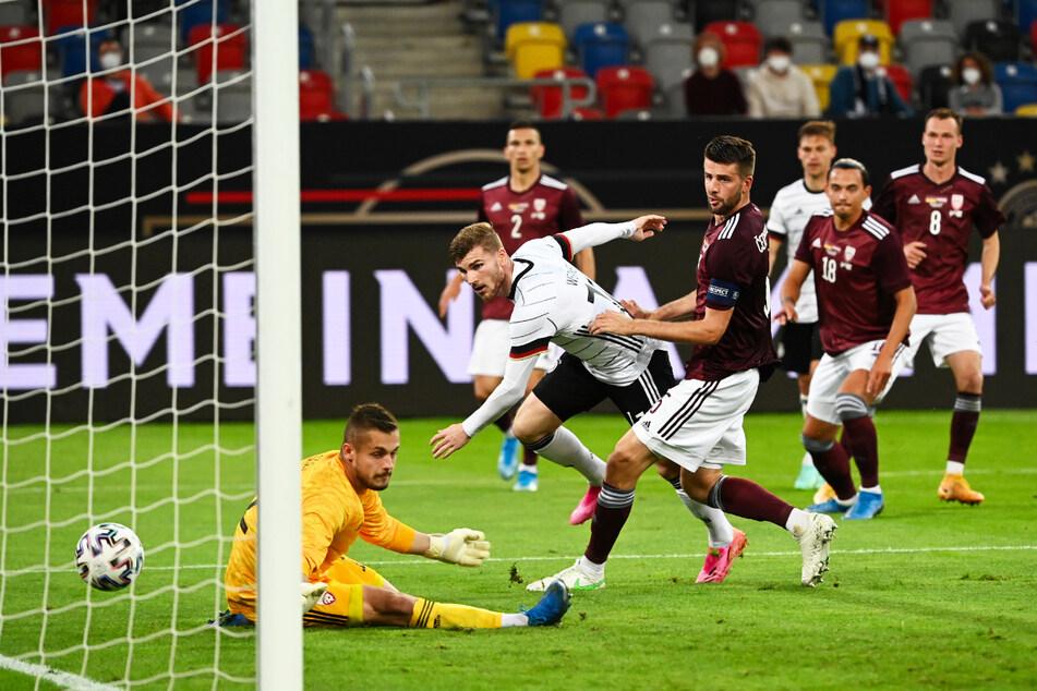Timo Werner (2.v.l.) mache das halbe Dutzend voll und netzt hier zum 6:0 für Deutschland ein.