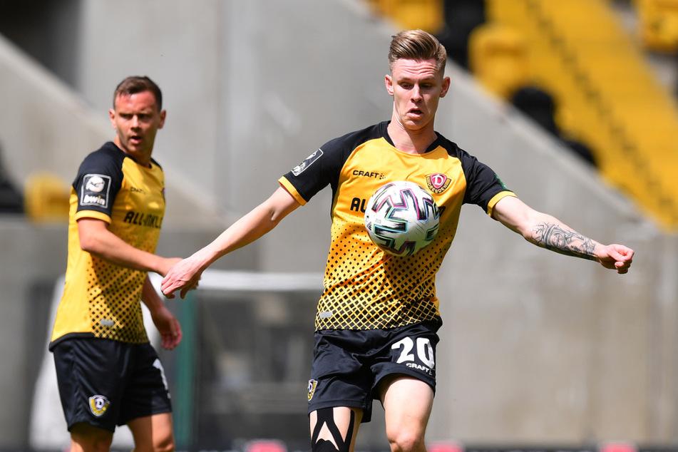 Sauber stoppt Julius Kade (22, rechts) im Aufstiegsspiel der Dresdner gegen Türkgücü München mit der Brust den Ball. Künftig trägt er wieder das schwarz-gelbe Trikot.