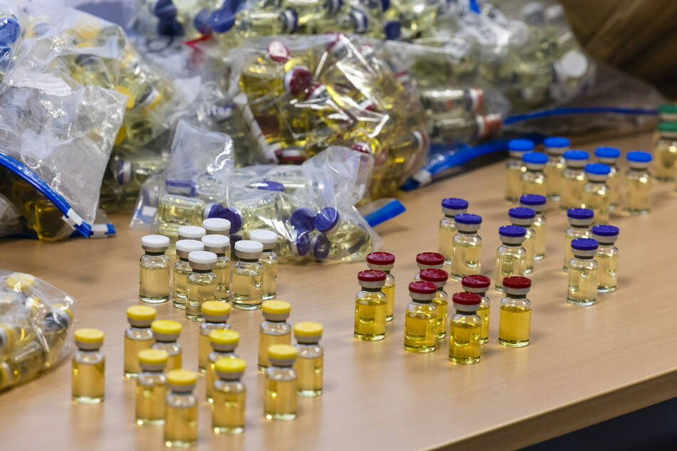 Dopingmittelwirkstoffe stehen auf Tischen in den Räumen des Zollfahndungsamtes Hamburg, Dienstsitz Kiel.