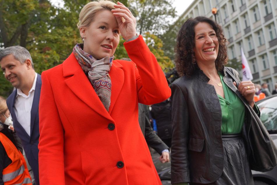 Berlins Bürgermeisterin Franziska Giffey (43/l.) und Grünen-Politikerin Bettina Jarasch (52) werden weiter mit den Linken regieren.