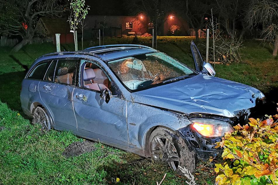 Zwei minderjährige Brüder sind bei einer Spritztour mit dem Auto ihrer Mutter verunglückt und leicht verletzt worden.