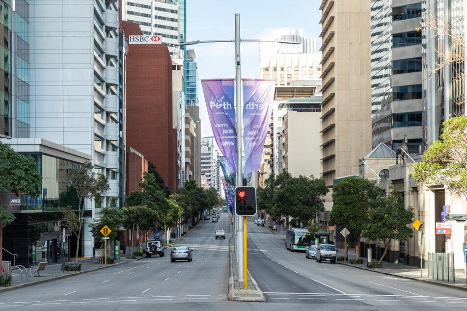 Menschenleer ist die St. Georges Terrace im australischen Perth.