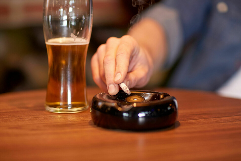 Rauchen, Alkohol oder zu viel Stress haben Einfluss auf das Liebesspiel im Bett.