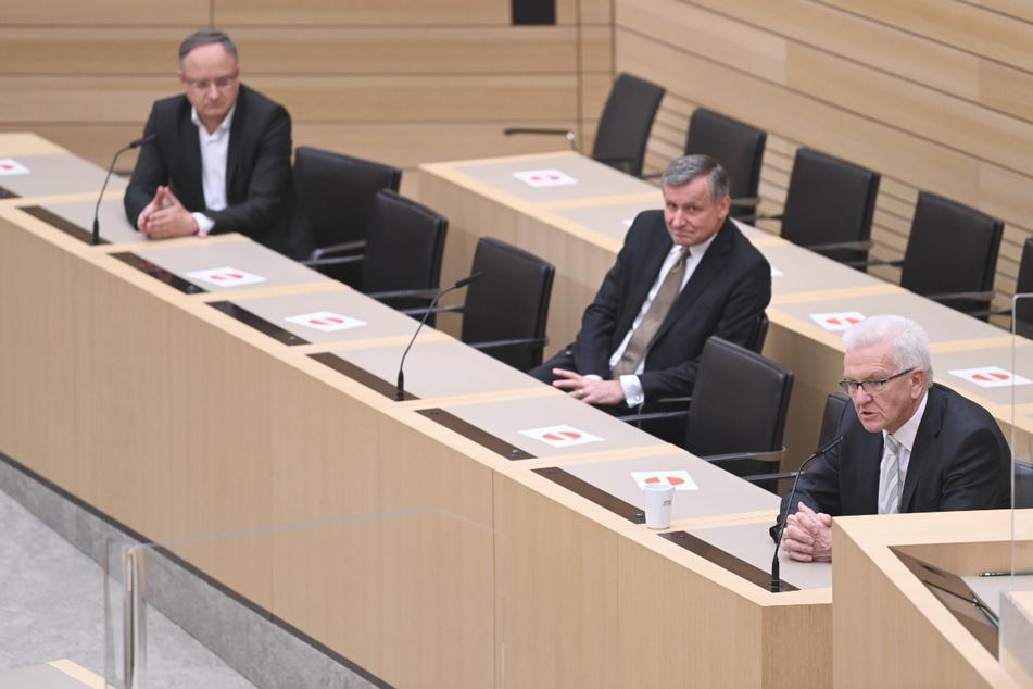 SPD-Chef Andreas Stoch (51, l.), der FDP-Fraktionsvorsitzende Hans-Ulrich Rülke (59, m.) und Ministerpräsident Winfried Kretschmann (72, Grüne) sitzen im Plenarsaal in Stuttgart. Die drei sprechen am Samstag zum ersten Mal gemeinsam bei einer Sondierungsrunde.