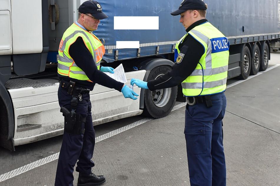 Einsatzkräfte der Bundespolizei bei einer Kontrolle an der Autobahn A17. (Archivbild).