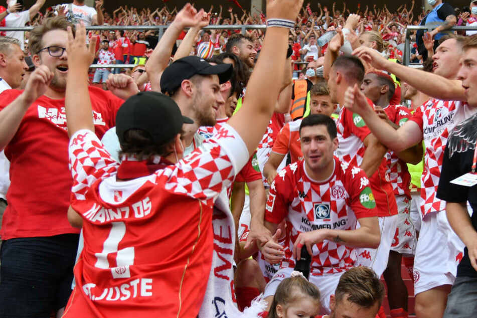 Nach dem überraschenden Heimsieg gegen RB Leipzig am ersten Spieltag der Bundesliga feierten die Spieler des 1. FSV Mainz 05 ausgelassen mit den Fans auf der Westtribüne.