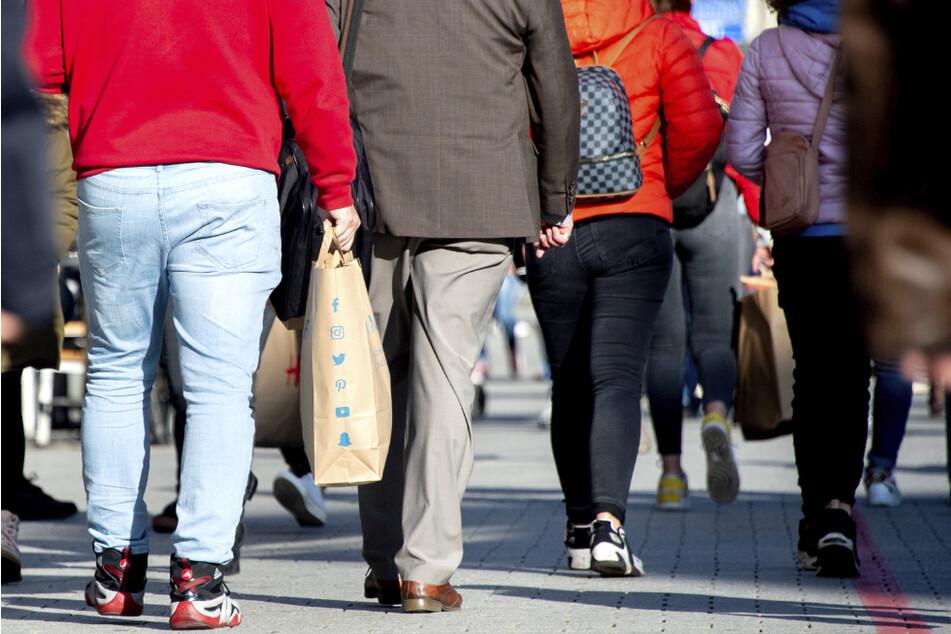 Dicht gedrängt gehen Menschen mit Einkaufstüten durch die Innenstadt. (Symbolbild)