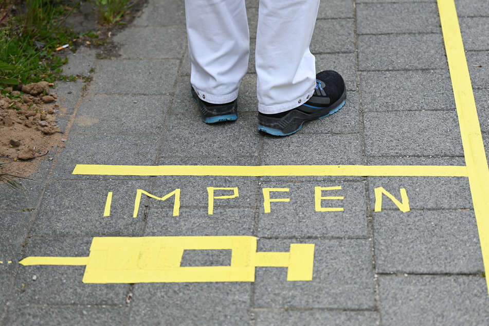 Eine Bodenmarkierung bei einem Impfzentrum in Darmstadt. Das Impfen schreitet in Deutschland deutlich voran.