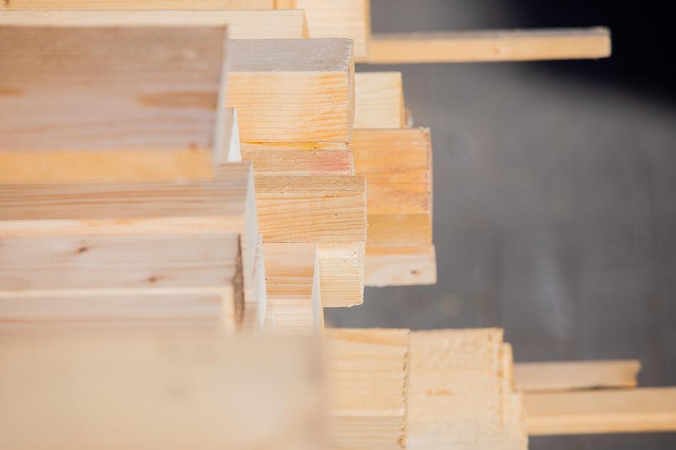 Unter anderem fehlt es derzeit an Holz. Aber beispielsweise auch Ziegel, Stahl und Dämmstoffe sind Mangelware.
