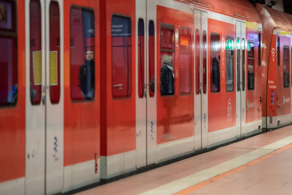 Ein Mann soll in Starnberg aus einer S-Bahn gedrängt worden sein und sich beim Sturz auf den Bahnsteig verletzt haben. (Symbolbild)