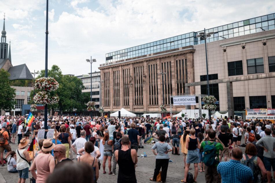 """Die Organisation """"Querdenken-231"""" hat eine Demonstration unter dem Motto """"Festival für Frieden & Freiheit - Wahrung unserer Grundrechte"""" in Dortmund angemeldet. Die Demonstration findet auf dem Hansaplatz in der Dortmunder Innenstadt statt. Die Polizei ist mit einem Großaufgebot im Einsatz."""