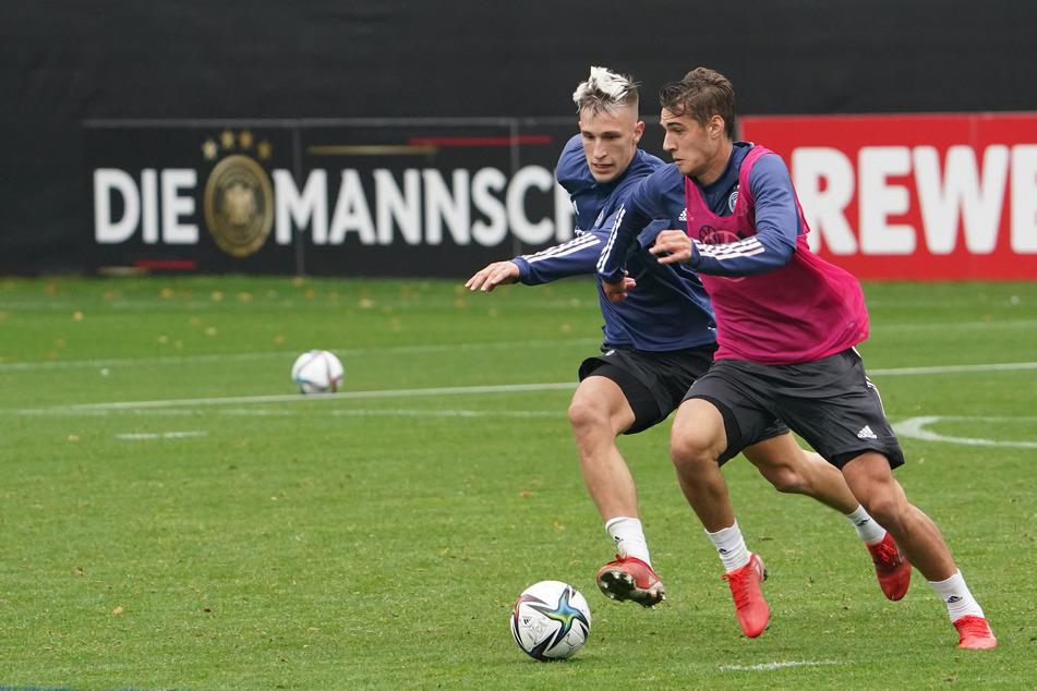 Florian Neuhaus (24, r.) bei der Nationalmannschaft: Wie bei Gladbach bleibt ihm beim DFB-Team derzeit nur die Chance, sich im Training zu beweisen - hier versucht er sich gegen Nico Schlotterbeck (21) zu behaupten.