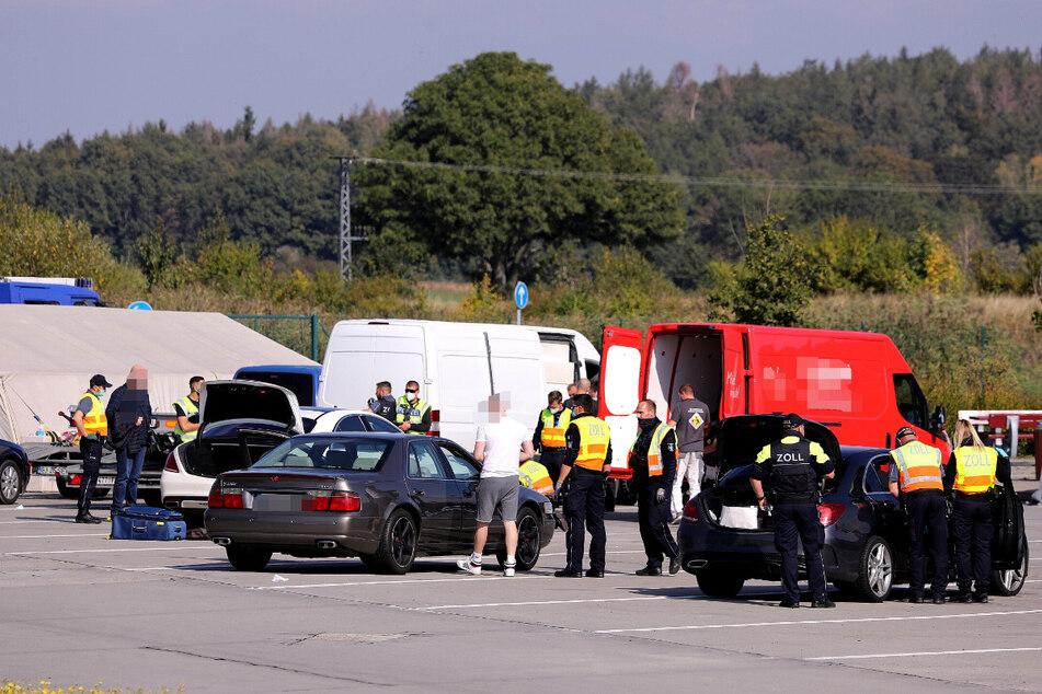 """Die Schwerpunktkontrolle wurde vom Hauptzollamt Dresden auf dem Rastplatz """"Am Heidenholz"""" an der Autobahn 17 durchgeführt."""