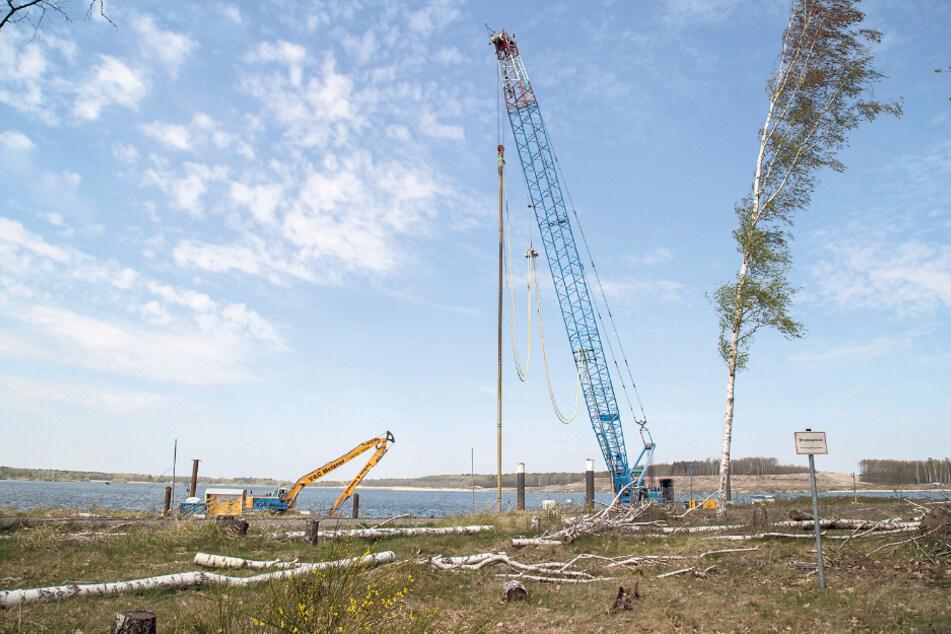 Die Uferarbeiten am Knappensee dauern an. Noch geht der Bergbau-Sanierer LMMBV von einem fristgerechten Abschluss aus.