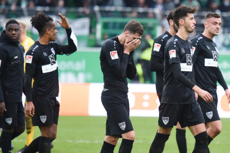 Die Stuttgarter Spieler gehen nach der 2:0 Niederlage bei Greuther Fürth enttäuscht vom Platz.