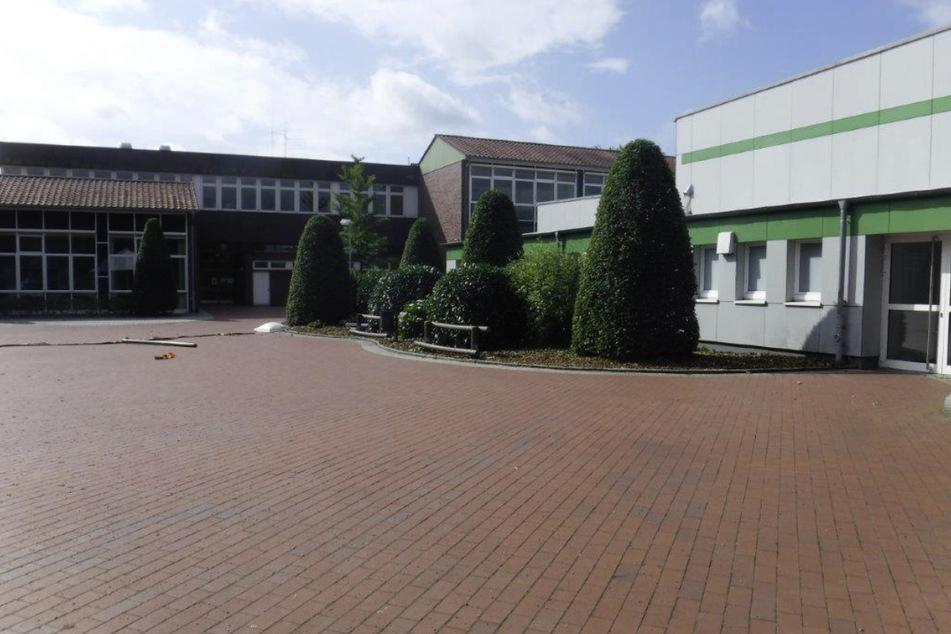Auf dem Schulhof des Ratsgymnasiums Rotenburg sind erste Spuren des Vandalismus zu sehen.