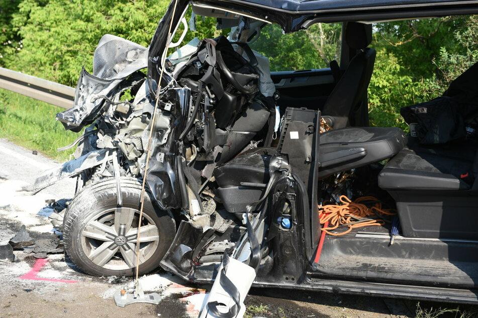 Schwerer Crash auf der B169 zwischen Döbeln und Ostrau: Ein VW-Transporter krachte frontal mit einem Lkw zusammen. Vom Transporter blieb nicht mehr viel übrig - er wurde völlig zerstört.