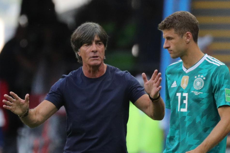 Bundestrainer Joachim Löw (60, l.) spricht bei einem Länderspiel im Jahr 2018 mit Thomas Müller (30).