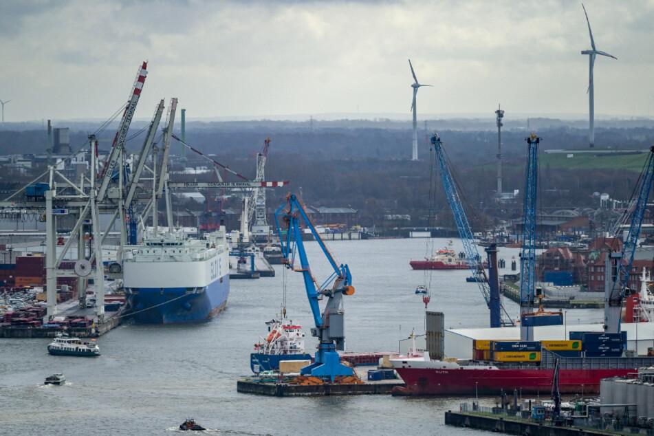 Am Hamburger Hafen ist der Containerumschlag durch die Corona-Krise gesunken.