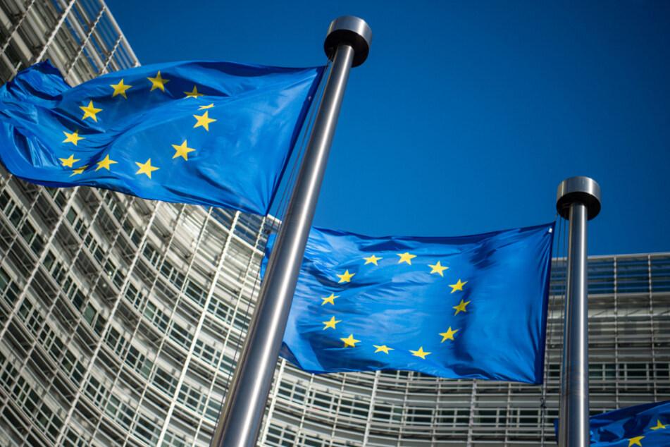 Brüssel: Flaggen der Europäischen Union wehen im Wind vor dem Berlaymont-Gebäude, dem Sitz der Europäischen Kommission.