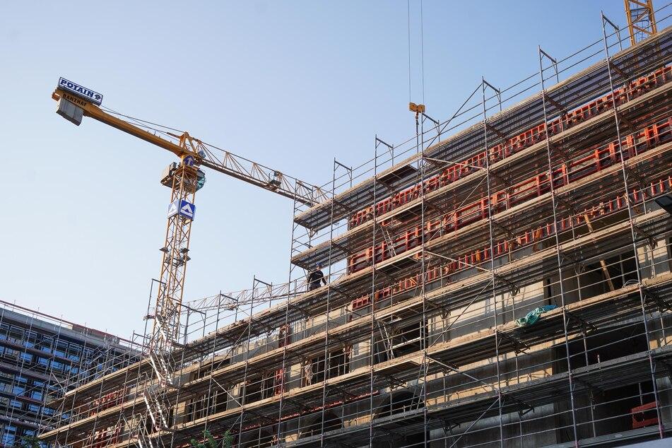 Durch die wachsenden Anforderungen beim Klimaschutz steigen die Bau- und Sanierungskosten im Wohnungsbau derzeit massiv an.
