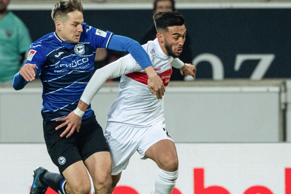 VfB Stuttgart - Arminia Bielefeld, 25. Spieltag, Mercedes-Benz Arena. Bielefelds Cedric Brunner (l) hält im Zweikampf Stuttgarts Nicólas González.