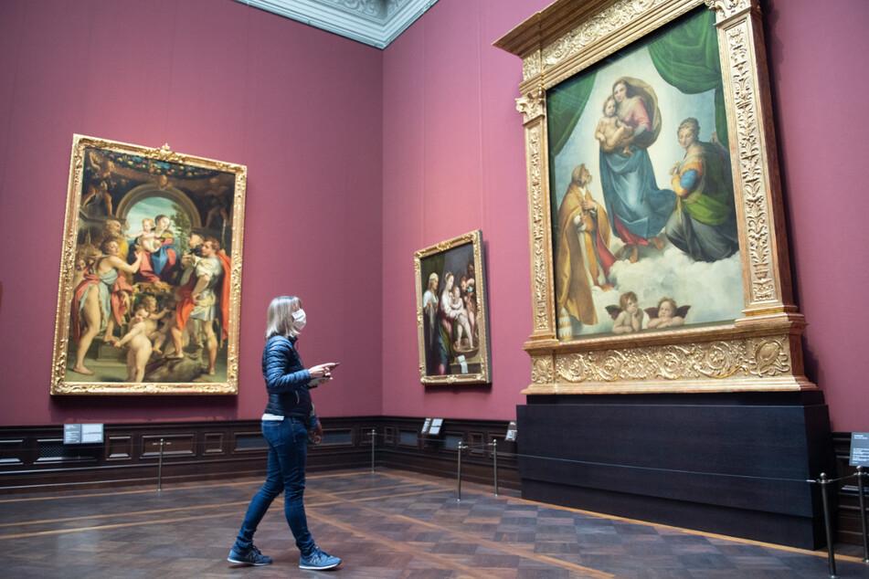 """Rechts im Bild: Das weltberühmte Gemälde """"Sixtinische Madonna"""" von Raffael, zu sehen in der Gemäldegalerie Alte Meister in Dresden."""