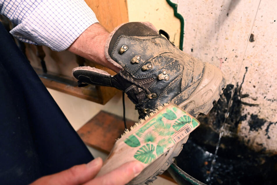 Wenn die Schuhe geputzt, poliert, genäht und geklebt sind, werden sie wieder verpackt und zurückgeschickt.
