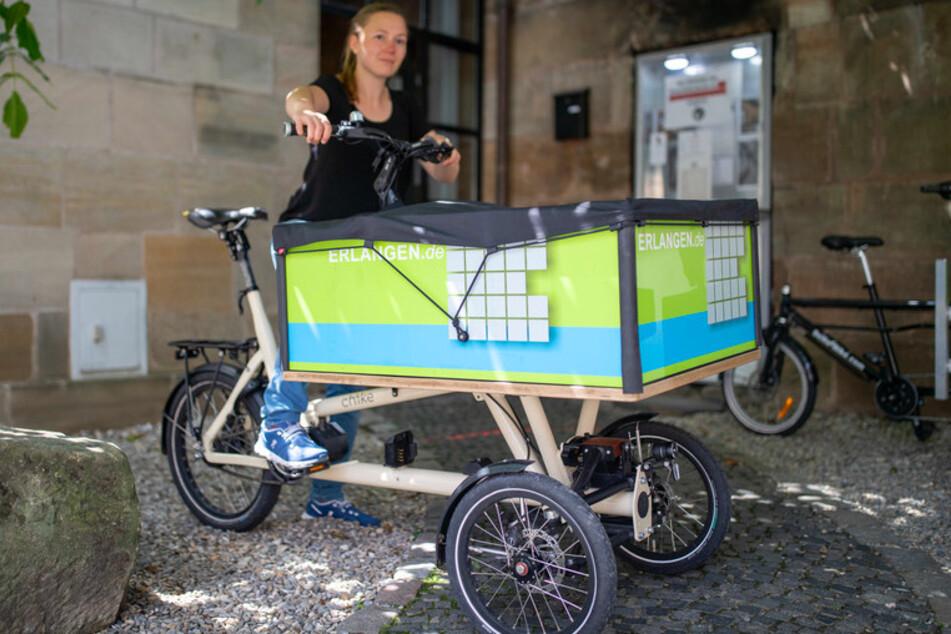 Hannah Thiemann, Radverkehrsbeauftragte der Stadt Erlangen, präsentiert an einem Verleih für Transporträder ein Lastenrad.