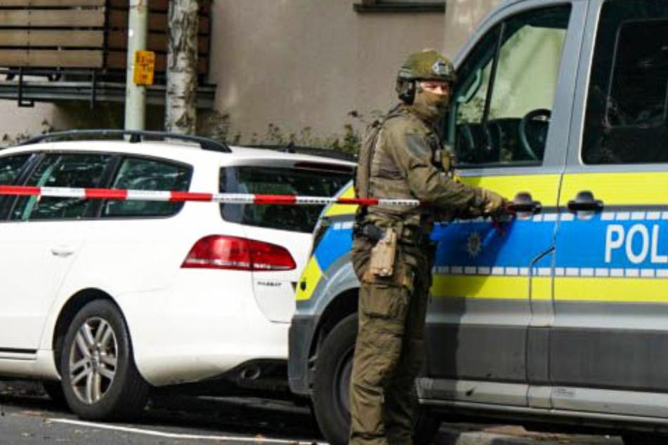 Auch ein Spezialeinsatzkommando (SEK) der Polizei ist vor Ort.