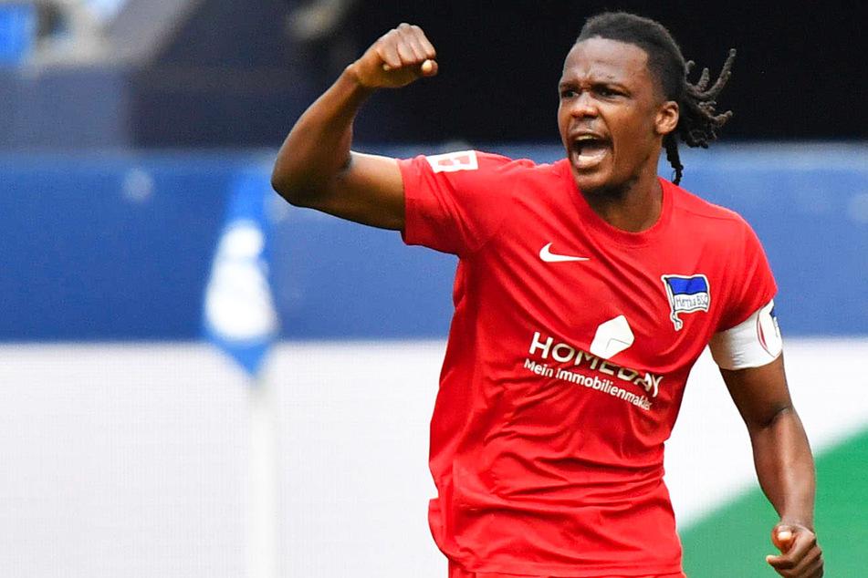 Dedryck Boyata (30) jubelt über seinen Treffer zum 1:1 beim FC Schalke 04. Herthas Kapitän soll bleiben.