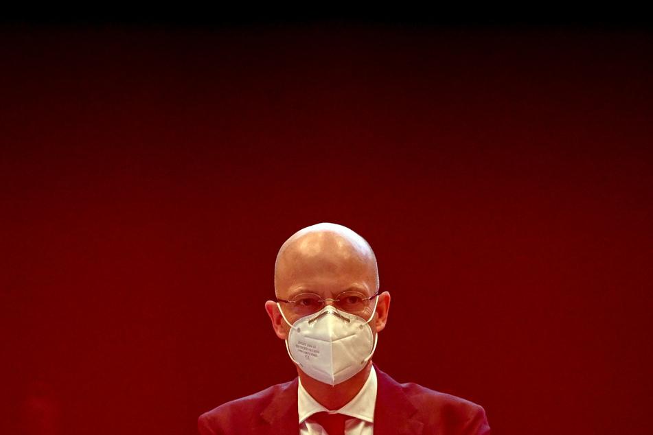 Nachdem Bernd Wiegand (64, parteilos) frühzeitig geimpft worden war, übte er Druck auf Mitwissende aus, dies geheim zu halten.