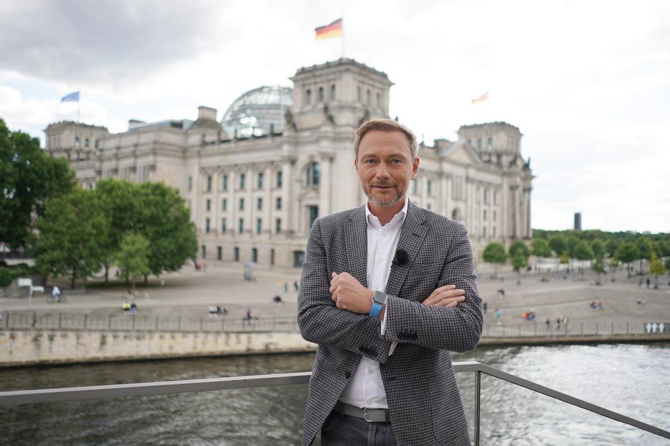 Christian Lindner (FDP), Parteivorsitzender, steht im Rahmen eines Interviews in Sichtweite des Reichstags. (Archivbild)
