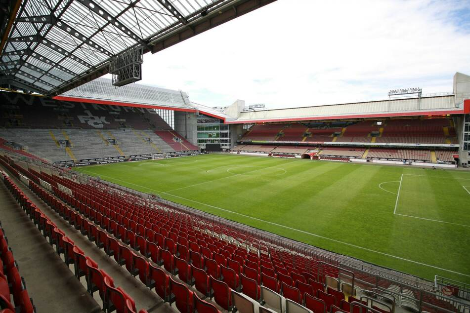 Erster Stopp heute: Das Fritz-Walter-Stadion in Kaiserslautern auf dem Betzenberg. 4985 Zuschauer dürfen heute dabei sein.