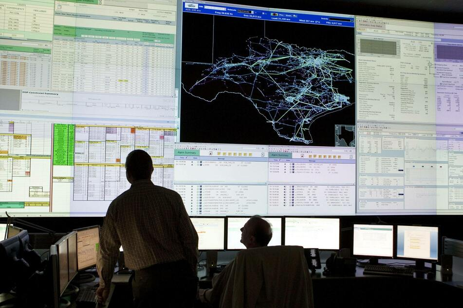 ERCOT staffers watch and calculate grid usage.