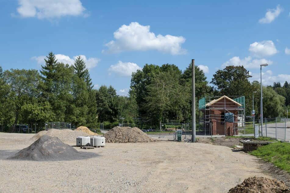 Auf der Baustelle des geplanten Biergartens am Chemnitztal-Radweg rollen die Bagger seit Juli nicht mehr. Die Stadt verhängte wegen der fehlenden Genehmigung einen Baustopp.