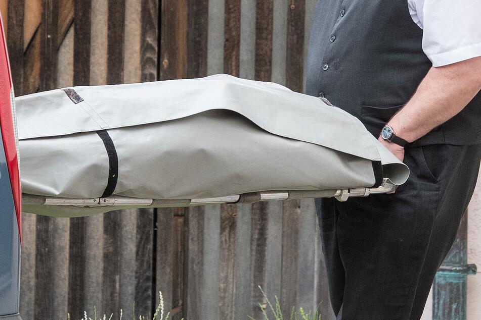 Unglaublich! Bekiffter Bestatter rast mit Leiche im Gepäck über Autobahn