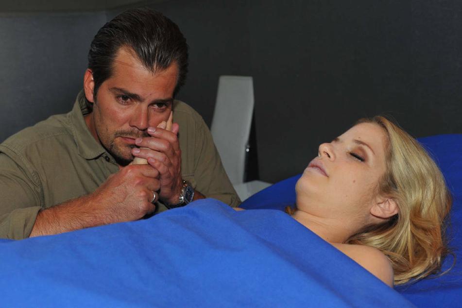 """Leon wacht am Totenbett seiner geliebten Frau Verena, die 2011 den Serientod bei """"Gute Zeiten, schlechte Zeiten"""" starb."""