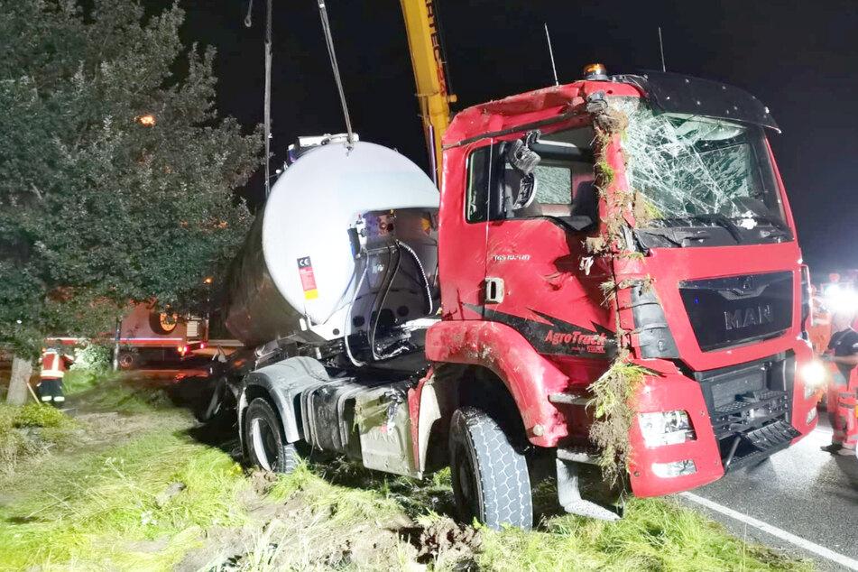 Unappetitlich: Gülle-Lkw kippt um und verteilt Ladung auf Grundstück
